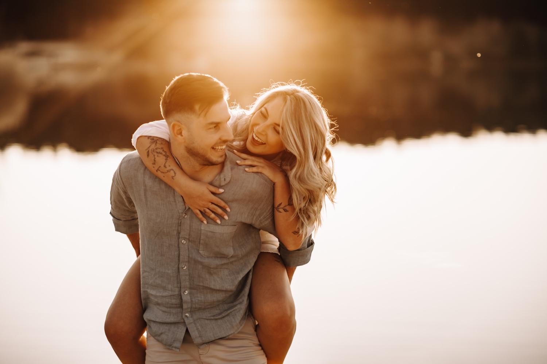 golden hour fotosessie liefde koppel