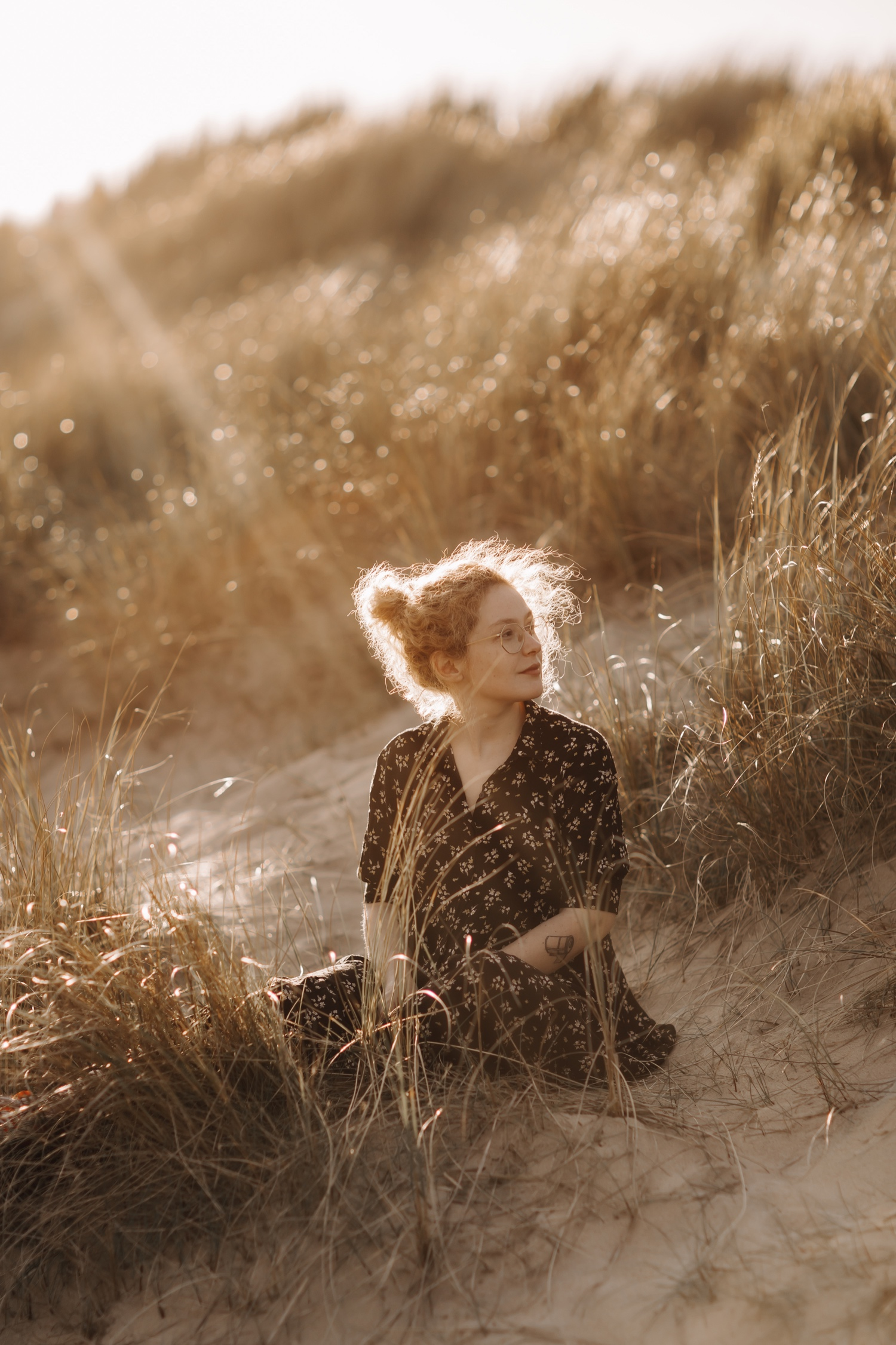 portretfotografie tussen de duinen zee